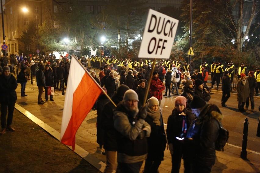 Podczas protestu przed Sejmem liderzy opozycji, a także...