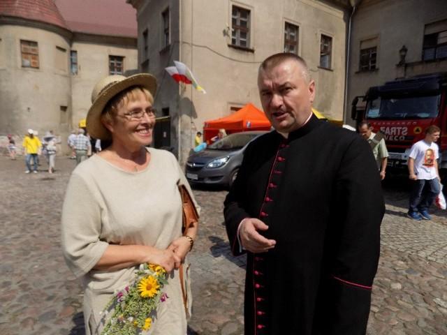 Maja Piątek i ksiądz kanonik Zygmunt Mokrzycki.
