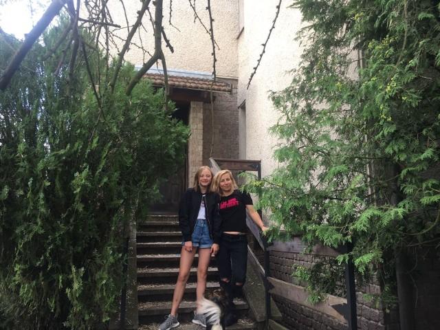 Pani Anna Lamers z 13-letnią Matyldą, córką swojej zmarłej przyjaciółki. Ich dom w Toruniu wymaga pilnego remontu.