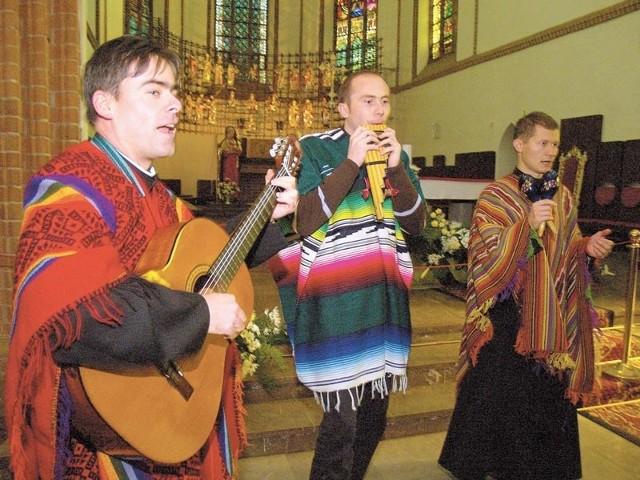 Od lewej Gergely Farkas, Mariusz Mielczarek i Andrzej Fałat, ubrani w barwne poncha z Peru, śpiewają w katedrze religijne utwory, które brzmią zupełnie inaczej, niż nasze.