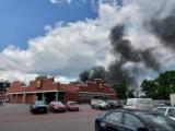 Pożar samochodu w Gdańsku Wrzeszczu 19.07.2021. Na miejscu straż pożarna. Zdjęcia