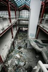 Dramat! Tak wyglądają wnętrza galerii Pod Topolami w centrum Zielonej Góry. Z każdym dniem budynek popada w coraz większą ruinę