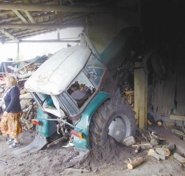 W Krośnicy (powiat strzelecki) 5-letni chłopiec bawiąc się za kierownicą traktora, niechcący go uruchomił. Prawdopodobnie zauważyła to jego matka, która próbując zareagować znalazła się pod kołami. Dziecko przejechało jej po nogach.