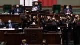 """Sejm: Jarosław Kaczyński """"oblężony"""" przez posłanki opozycji. Interweniowała Straż Marszałkowska"""