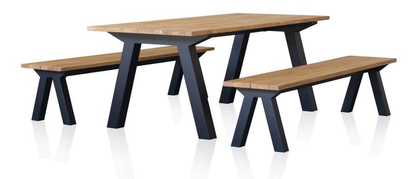 Stół i ławki zaprojektowane przez studio Wayne'a Maxwella...