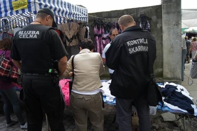 Na kieleckim targowisku funkcjonariusze Służby Celnej, policji i Urzędu Kontroli Skarbowej skontrolowali  60 punktów handlowych.