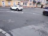 Problemy na ulicy 25 Czerwca w Radomiu. Kruszy się asfalt, wykonawca inwestycji ma to naprawić