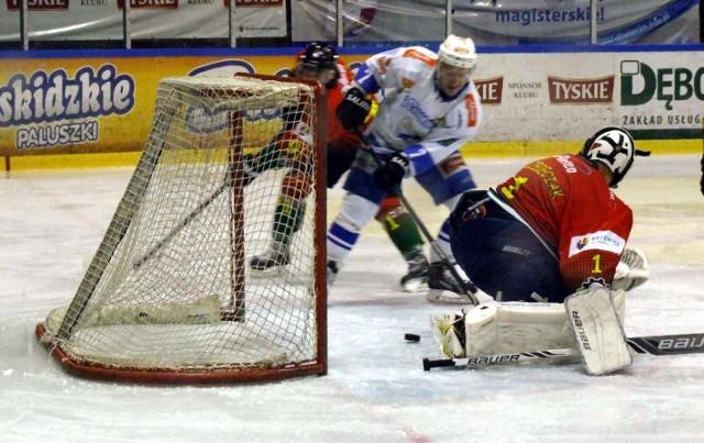 Jan Daneczek strzela drugą bramkę dla Unii w meczu przeciwko Naprzodowi Janów, a wygranym przez oświęcimian 3:1.