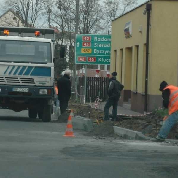 Oprócz nowej kostki drogowcy remontują też kanalizację deszczową.