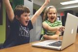 Podczas pandemii dzieci częściej uczą się języków przez internet. Rodzice są zadowoleni, bo to oszczędność czasu