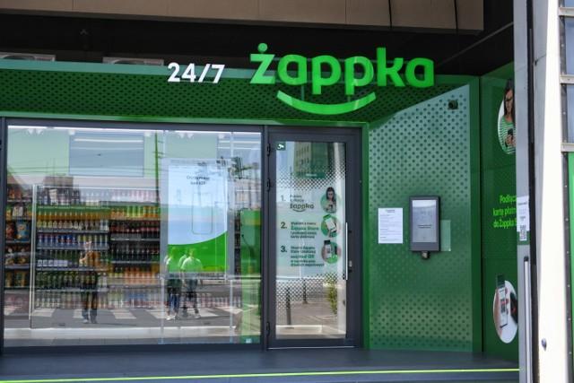 Żabka otworzyła pierwszy tego typu sklep. Na Międzynarodowych Targach Poznańskich powstał Żappka Store, w którym płacić będzie można za pomocą aplikacji mobilnej. Placówka będzie czynna 24h na dobę przez 7 dni w tygodniu.