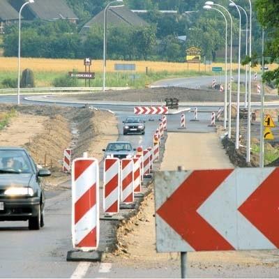 Jazda w pobliżu budowanych rond wokół Kleszczel nastręcza kierowcom sporo trudności. Drogowcy ustawili tam wiele znaków, ale nie dla wszystkich prowadzących samochody są one czytelne.