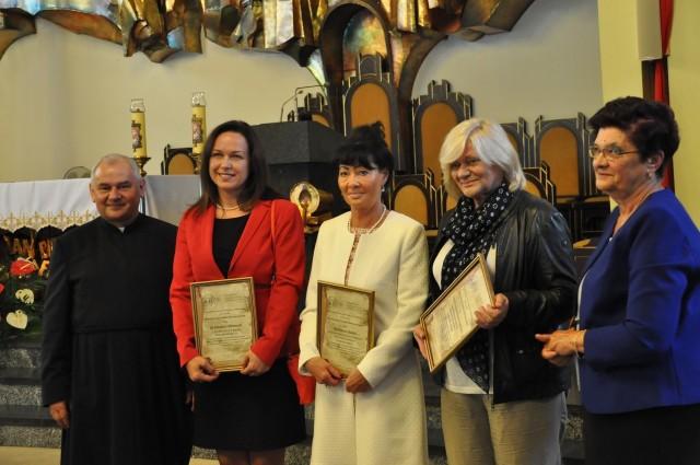 Na wspólnym zdjęciu od lewej: Ks. Piotr Schora, Jolanta Klemens, Lucyna Grabowska-Górecka, Barbara Dudek, Grażyna Chorąży.