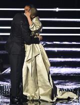 Rihanna i Drake pocałowali się na scenie. Czy to oficjalne potwierdzenie ich związku?