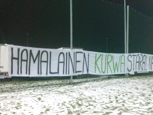 Transparent, który zawisł na boisku treningowym Lecha Poznań