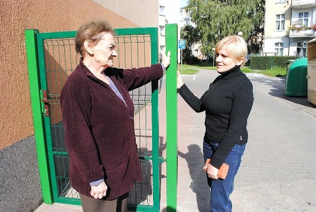 Ogrodzenie bloku mieszkalnego w Grudziądzu– Po co te płoty? – pytają Wanda Morczyńska (z lewej) i Bogumiła Liedtke, lokatorki Spółdzielni.