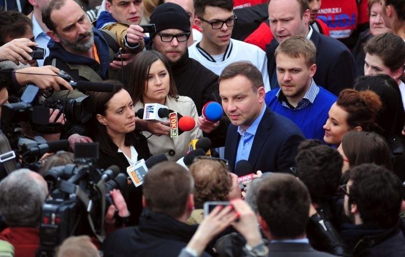 Andrzej Duda w otoczeniu dziennikarzy