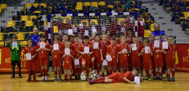 W sobotę w Hali Legionów w Kielcach odbył się ciekawy turniej Korona Football Festival - rywalizowały roczniki, które połączyły swoje siły. W godzinach porannych do rywalizacji stanęli zawodnicy urodzeni w roku 2008 i 2009, a po nich 2012, 2013 i grupa żeńska Piłkarskie Koroneczki. Tego dnia Hala Legionów, gdzie na co dzień trenują piłkarze ręczni, została podzielona na dwa boiska piłkarskie.Emocji było co nie miara, a każdy dawał z siebie 100 procent, ale najważniejsze było to, że przez blisko 6 godzin Koroniarze mieli okazję zmierzyć się z sobą w grach wewnętrznych, reprezentując znane kluby - FC Barcelona, Manchester City, FC Liverpool, FC Porto, Atalanta Bergamo, Bayern Monachium, Real Madryt, Ajax Amsterdam. Każdy z zawodników po skończonych grach otrzymał pamiątkowy dyplom oraz złoty medal.Zachęcamy do obejrzenia galerii zdjęć z turnieju. (dor)