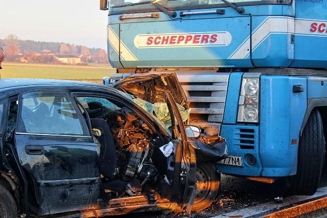 Trzy osoby zginęły, a trzy zostały ciężko ranne w wypadku do którego doszło we Wszystkich Świętych na autostradzie A1 pod Piotrkowem Trybunalskim.