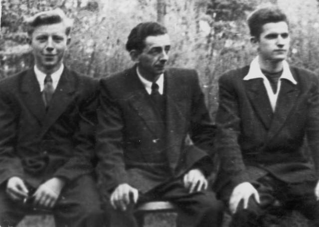 Edward Sieradzki (w środku) z młodszymi kolegami: Edwardem Karpowiczem (z lewej) i Robertem Kluczykiem, 1963 r.