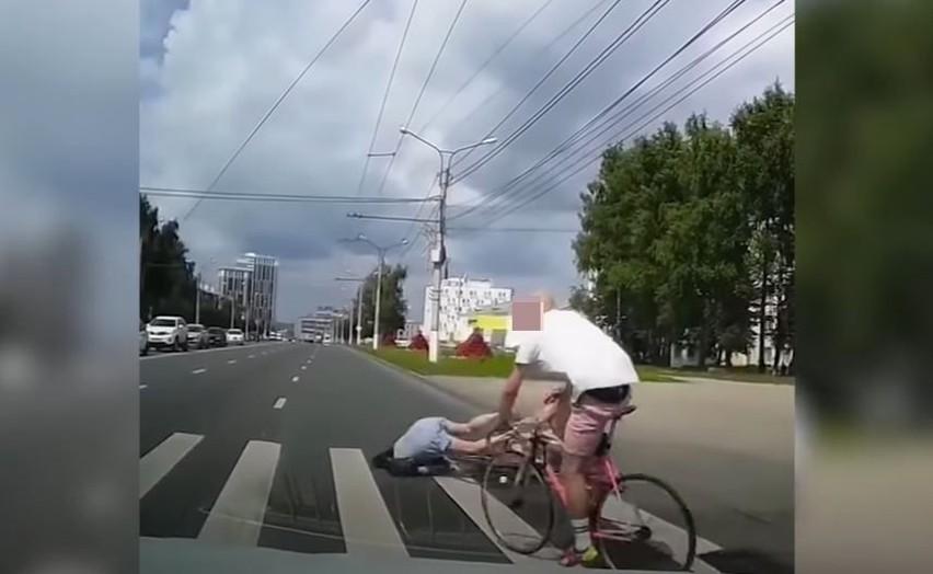 Przed przejściem dla pieszych zatrzymuje się samochód aby...