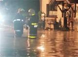 Błotna lawina w Borucinie. Strażacy całą noc walczyli z błotem i wodą, jakie zalały wieś na Śląsku