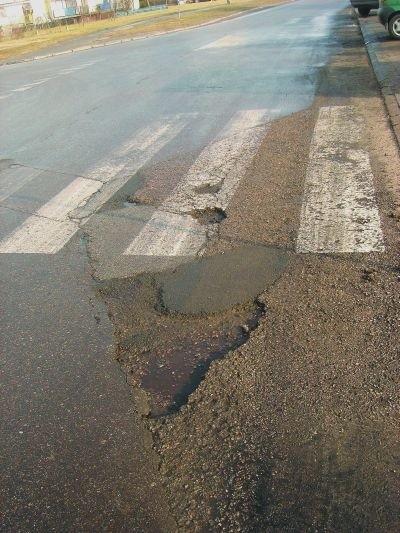 Dziury na drogach to zmora niejednego kierowcy. Nie wszyscy jednak wiedzą, że jeśli uszkodzą przez taki ubytek samochód, to mogą starać się o odszkodowanie.
