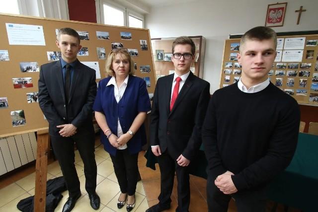 Przedstawiciele stażystów razem ze swoimi opiekunami i dyrektorem Władysławem Zauchą.