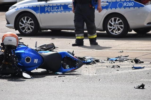 Pojazd przewrócił się, motocyklista uderzył w płot przydrożnej posesji