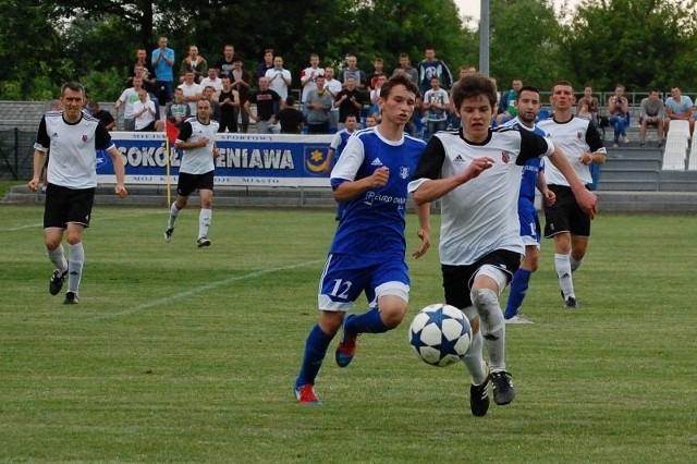 Pojedynek Sokoła Sieniawa (3-gie miejsce w tabeli) z Piastem Tuczempy (2-cie miejsce) był określany szlagierem kolejki. Zwycięski zespół znacznie przybliżyłby się do awansu do III ligi.