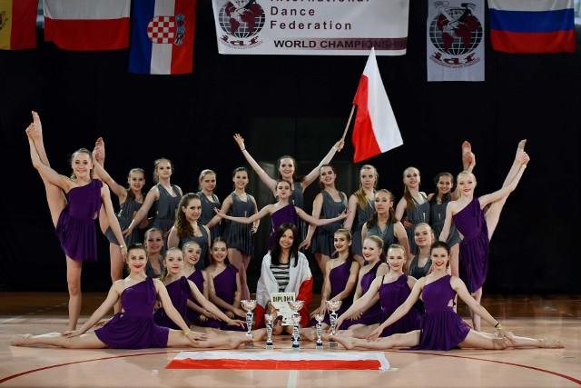 Mistrzynie świata w tańcu sportowym z klubu Ad Astra i trenerka Aleksandra Lewy