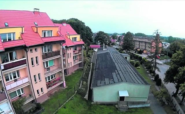 W miejsce tego baraku ma powstać czterokondygnacyjny, nowy budynek Warsztatów Terapii Zajęciowej z kawiarnią dla mieszkańców i kręgielnią.