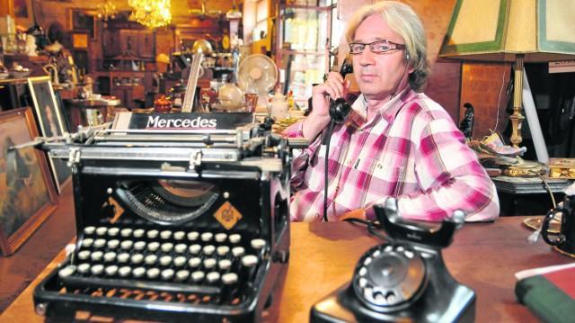 - Znowu ktoś pytał u mnie o maszynę do pisania - mówi Waldemar Makowski, prowadzący sklep z antykami przy Gdańskiej w Bydgoszczy.