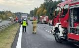 Tragiczny wypadek na A4 przed Pławniowicami. Samochód dostawczy zderzył się z TIRem. Jeden z kierowców zmarł