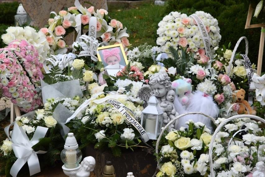 W środę, 14 października, pożegnaliśmy Liliankę Majzner ze Starachowic. Kilka dni temu dzielna wojowniczka przegrała walkę z nowotworem. Odeszła w ramionach kochających rodziców. Teraz udała się w ostatnią drogę do swoich ukochanych Aniołków. Na grobie dziewczynki, oprócz kwiatów, pojawiło się mnóstwo serc i maskotek. Liliankę żegnały tłumy przyjaciół ale też zwykłych mieszkańców Starachowic. Mszę świętą odprawiono w Kościele pod wezwaniem Świętego Judy Tadeusza. Po mszy trumienka została złożona na cmentarzu komunalnym przy ulicy Radomskiej. Przypomnijmy. Niespełna dwuletnia starachowiczanka Lilianna Majzner walczyła z bardzo złośliwym nowotworem. Ratunkiem dla niej była kosztowna terapia na którą dobrzy ludzie z całej Polski uzbierali aż 750 tysięcy złotych. Operacja dziewczynki trwała 5 godzin, guz został wycięty, dziewczynka przeszła chemioterapię. Niestety okazało się, że nowotwór powrócił. Nie żyje mała wojowniczka Lilianka Majzner ze Starachowic. Dziewczynce pomagała cała PolskaNa kolejnych zdjęciach ostatnie pożegnanie Lilianki>>>
