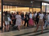 Ogromna kolejka przed sklepem ZARA w Katowicach. Ruszyły letnie wyprzedaże. Ceny sa naprawdę niskie
