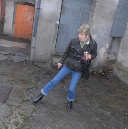 Ewa Malicka boi się, że któregoś dnia betonowa osłona szamba po prostu się załamie