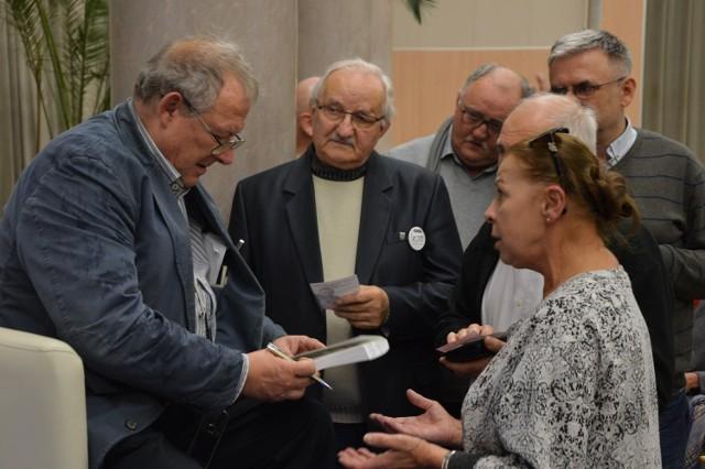 Adam Michnik znalazł przed spotkaniem chwilę na rozmowę i rozdanie autografów