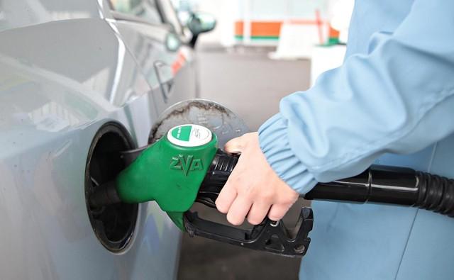 Ceny paliw na stacjach znów rosną, za tankowanie zapłacimy więcej.