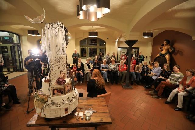 W piątek 29 listopada w Muzeum Toruńskiego Piernika gościła Jowita Woszczyńska - bydgoszczanka, która w październiku zdobyła złoty medal podczas Cake Designers World Championship 2019 w Mediolanie. Podczas  spotkania w toruńskim muzeum opowiadała o swojej cukierniczej pasji, sukcesie na mistrzostwach i przygotowaniach do udziału w nich. Nie zabrakło także pokazu dekorowania ciast.