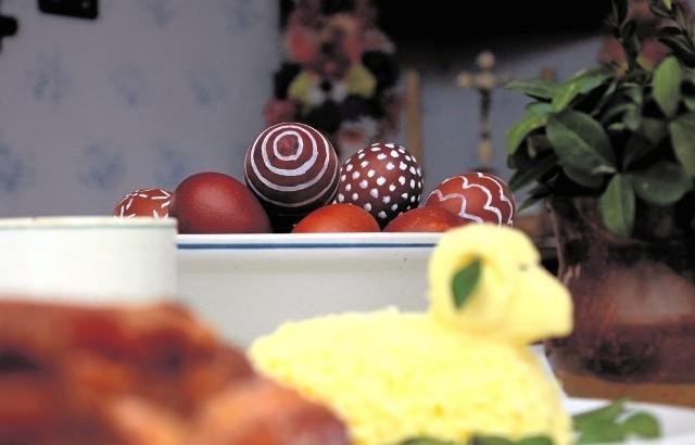 Barwione w cebuli jajka i baranek z masła - bez tego wielkanocne stoły naszych prababć nie mogły się obejść.