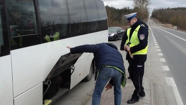W środę na podlaskich drogach policjanci sprawdzają pojazdy, które świadczą usługi przewozowe. Te kontrole mają na celu eliminowanie nieprawidłowości związanych z wykonywaniem transportu drogowego osób.