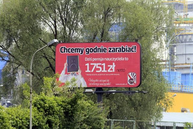 Jeden z billboardów, które ZNP wykupił w Łodzi, wisi w rejonie skrzyżowania al. Włókniarzy z ul. Limanowskiego