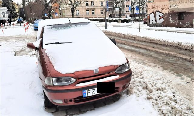 13 lutego 2021 r. Samochód fiat siena stoi na al. Niepodległości w centrum Zielonej Góry od miesięcy