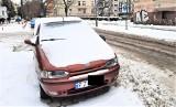 Auto kolejny miesiąc stoi w strefie płatnego parkowania w centrum Zielonej Góry. Suma karnych opłat kilkakrotnie przebija jego wartość!