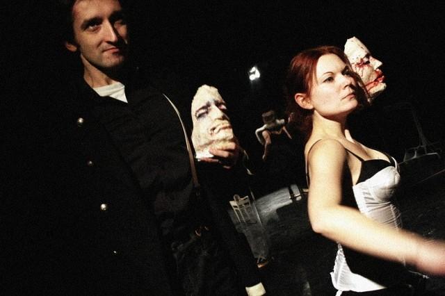 """""""Skrawki"""" to spektakl opowiedziany za pomocą przestrzeni i dźwięku. Ważną rolę pełni w przedstawieniu gra aktorów własnym ciałem."""
