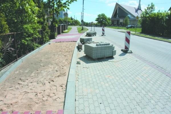 Nowy chodnik nie jest równy. Mieszkańcy ulicy Kolbego boją się, że po remoncie, woda będzie z niego spływać wprost na ich posesje. A zimą będą się przewracać.