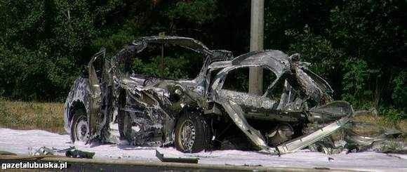 Reault został praktycznie rozerwany na strzępy. Śledztwo ma wyjaśnić, czy powodem wybuchy było niewłaściwe przewożenie butli z acetylenem przez kierowcę.