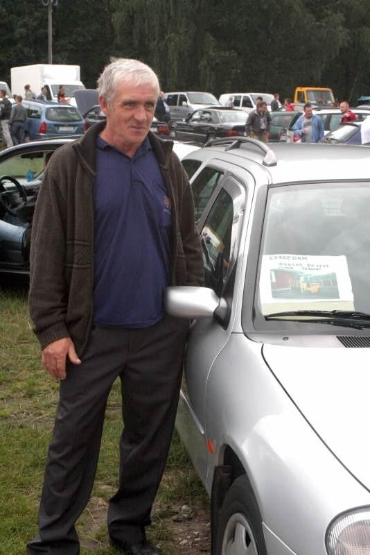Pierwszy raz przyjechał na kielecką giełdę Ferdynand Grzegolec z Buska. Usiłował sprzedać forda mondeo i wózek widłowy, ale przy wczorajszej liczbie wystawionych aut mogło to być trudne. Fot. Aleksander Piekarski