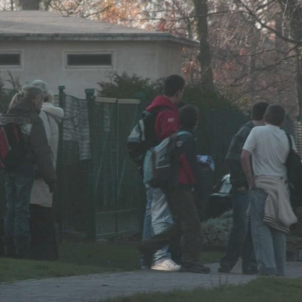 Wojtek (najwyższy z dzieci) w piątek po szkole grzecznie czekał na przyjazd gimbusa.